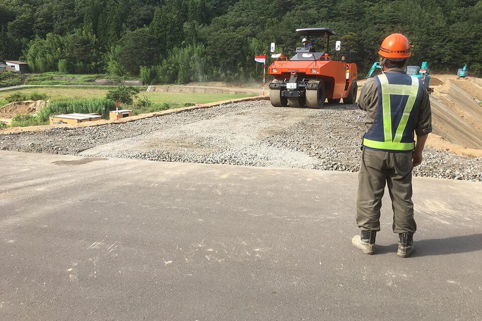道路、河川、港湾、上下水道などの大型公共工事から、建物の解体、個人住宅の外構工事や擁壁工事